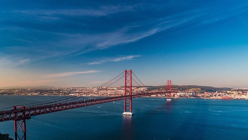Almada Abril Bridge